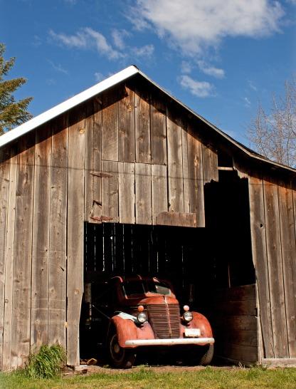 old-truck-in-barn_MJoYNw_d